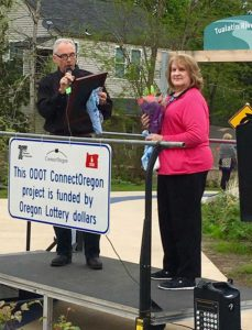 Mayor Lou Ogden presenting Yvonne Addington with a plaque during the 2016 Tualatin River Greenway dedication.